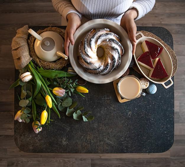 Frühstücks- oder brunch-tischdekoration voller gesunder zutaten für ein köstliches osteressen mit freunden und familie am tisch. das konzept der osterferien und familienwerte.