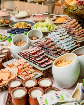 Frühstücksbuffet mit buttermarmeladen, joghurt und müsli