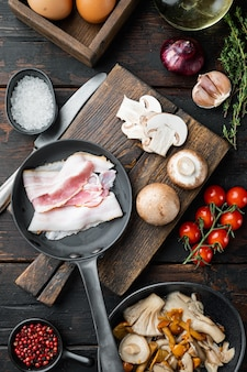 Frühstücksei zutaten mischen, auf alten dunklen holztisch
