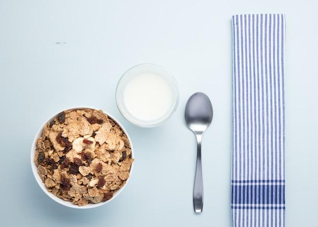 Frühstücksgetreideschüssel auf blau