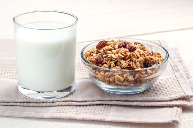 Frühstücksglas milch und müsli mit glasschüssel