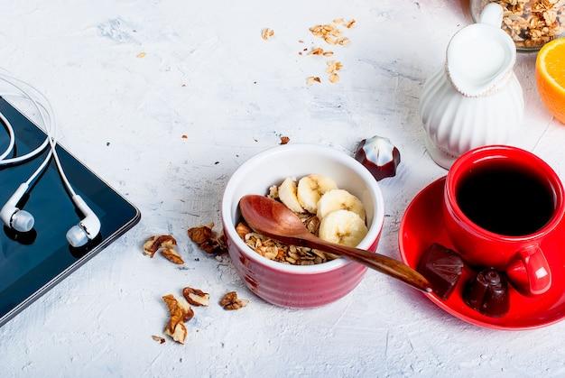 Frühstücksgranola, eine tasse kaffee und telefon