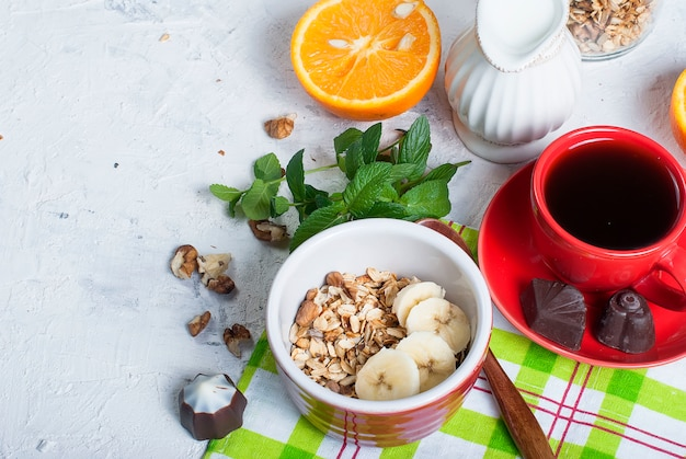 Frühstücksgranola, eine tasse kaffee
