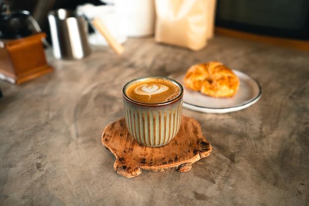 Frühstückskaffee in einer tasse in einem café