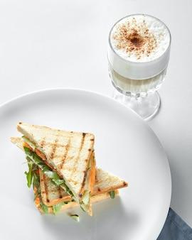 Frühstückskonzept - tasse kaffee mit toast auf der weißen oberfläche