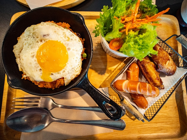 Frühstücksmahlzeit mit gebratenem reis und gebratenem hühnerfutter für ihre mahlzeit am morgen.