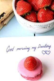 Frühstücksmakronen und erdbeeren lieben nachricht guten morgen valentinstag, muttertag hand schriftzug