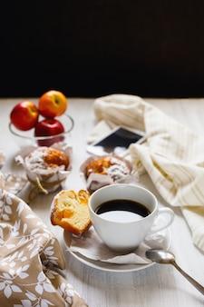 Frühstücksmuffins und kaffee