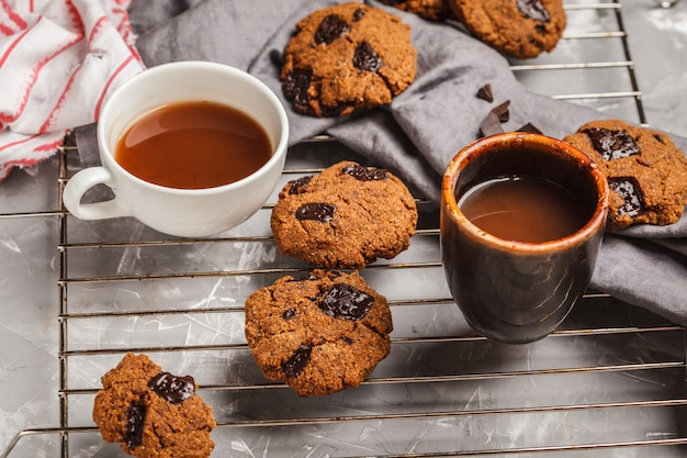 Frühstücksplätzchen mit schokolade und kakao, grauer hintergrund. sauberes essen-konzept.