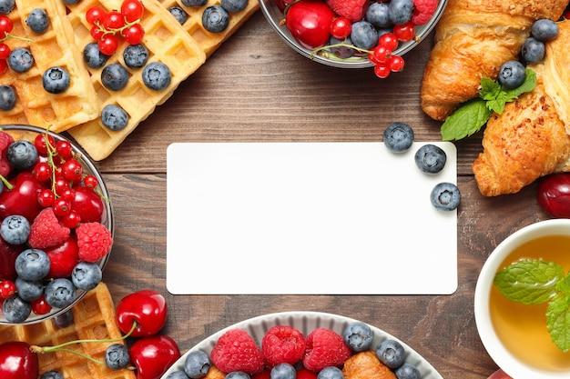 Frühstücksrahmen mit mockup für die textcroissants und waffeln