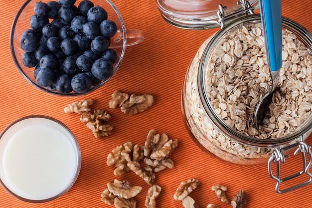 Frühstücksroutine mit gesunden nahrungsmitteln