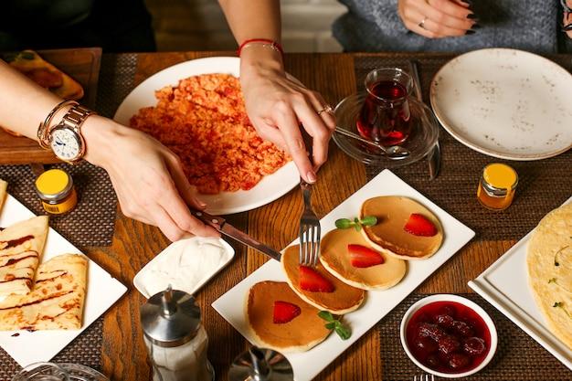 Frühstücksset mit pfannkuchen und erdbeermarmelade
