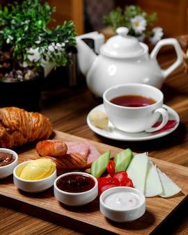 Frühstücksset mit schwarzem tee