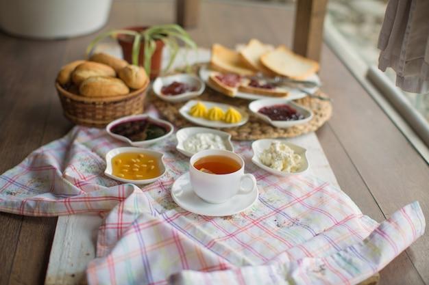 Frühstücksset mit tee auf dem tisch