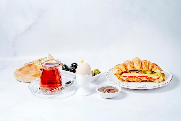 Frühstücksset mit verschiedenen speisen und schwarzem tee