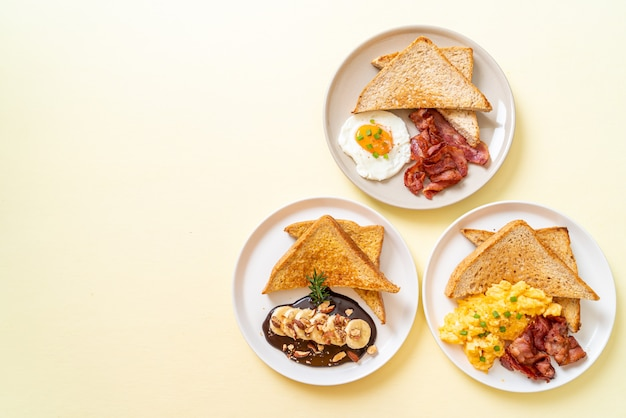 Frühstücksset (spiegelei mit geröstetem brot und speck, rührei mit geröstetem brot und speck, french toast mit bananenschokoladenmandeln) mit kopierraum