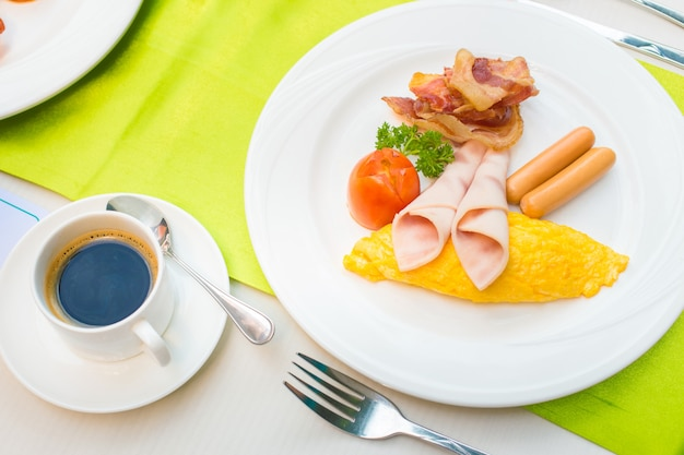 Frühstücksset und heißer schwarzer kaffee