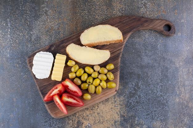 Frühstücksspeisen auf einer rustikalen holzplatte