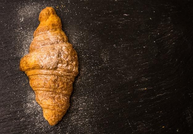 Frühstücksszene mit croissant