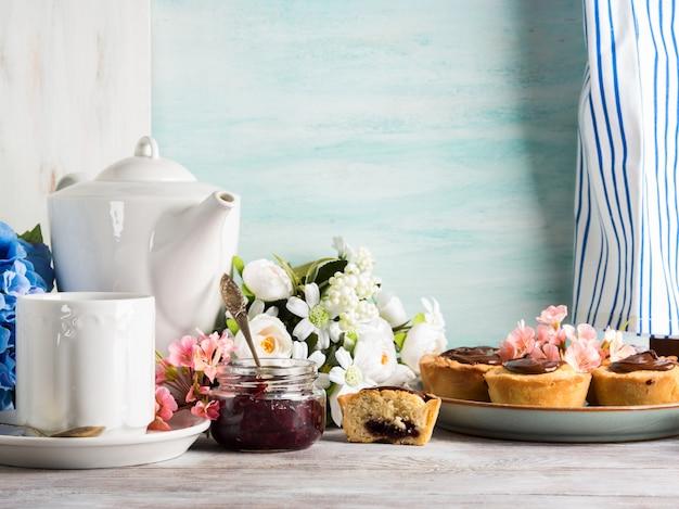 Frühstückstafeleinstellung mit weißer tonwarenblume