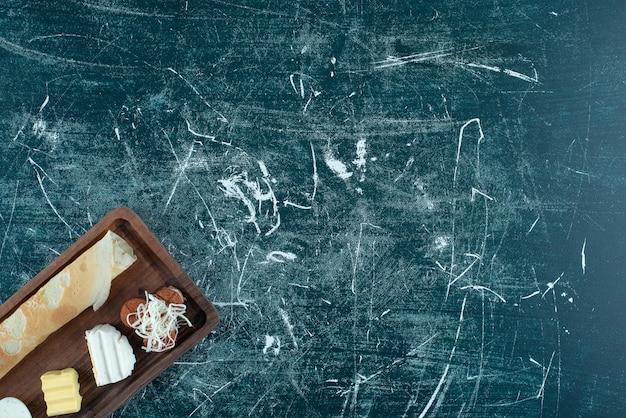 Frühstücksteller mit crpes und beilagen. foto in hoher qualität