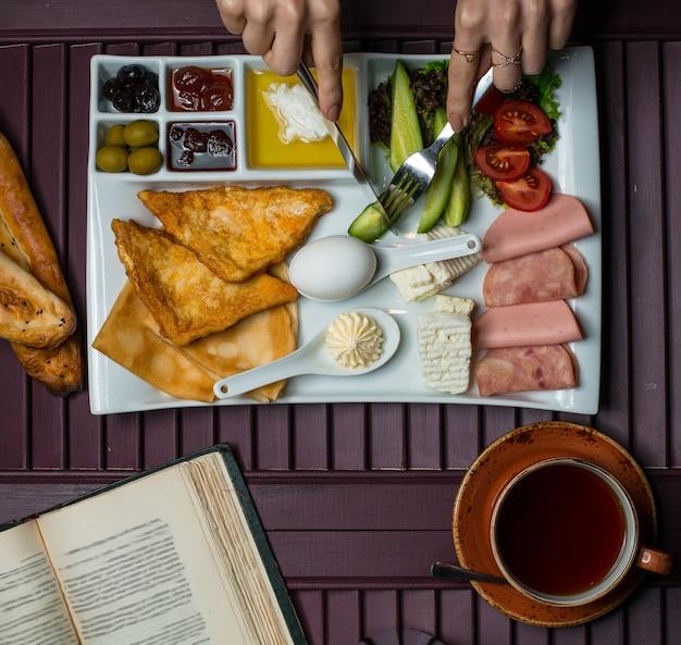 Frühstücksteller mit einer vielzahl von lebensmitteln, ansicht von oben