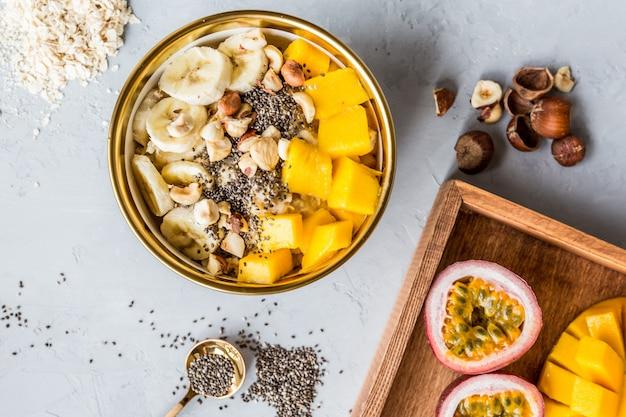 Frühstücksteller mit frischen früchten
