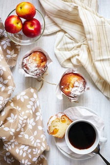 Frühstückstisch mit kuchen, kaffee und früchten