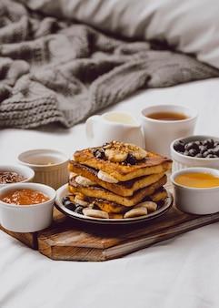 Frühstückstoast im bett mit blaubeeren und banane