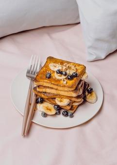 Frühstückstoast mit blaubeeren und banane auf teller