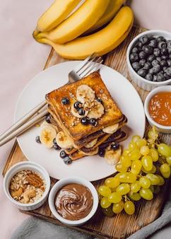 Frühstückstoast mit blaubeeren und schokoladensauce