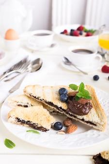 Frühstückstoast mit schokoladennusspaste