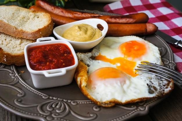 Frühstückszeit mit würstchen und eiern