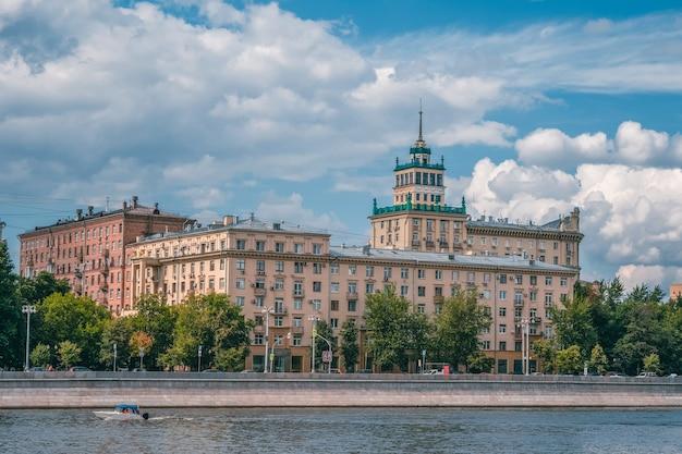 Frunzenskaya-damm in moskau, altes gebäude der sowjetischen architektur.