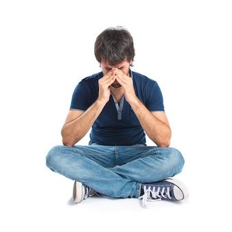 Frustriert mann über isolierten weißen hintergrund