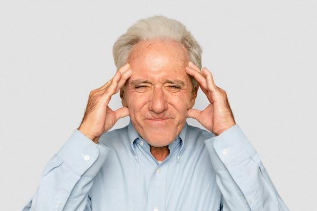 Frustrierte ältere frau hände an den schläfen