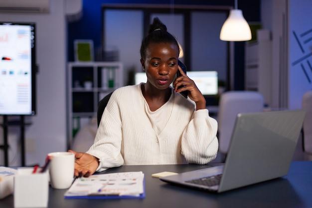 Frustrierte erschöpfte stressige afroamerikanische geschäftsfrau, die über finanzstrategie diskutiert