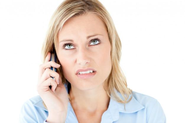 Frustrierte geschäftsfrau, die am telefon spricht