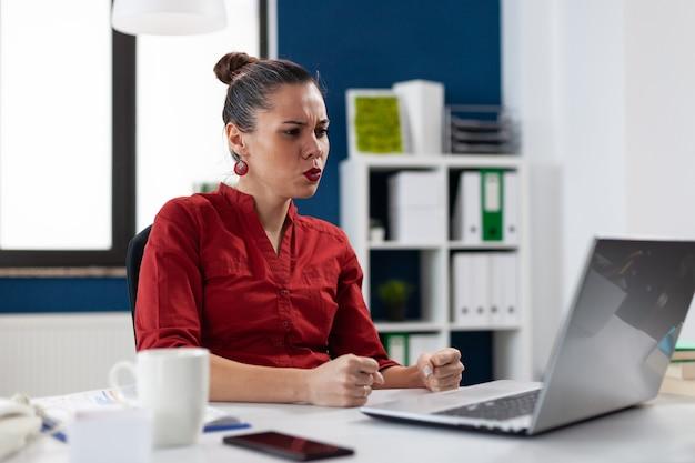 Frustrierte geschäftsfrau, die probleme mit nicht funktionierendem laptop hat