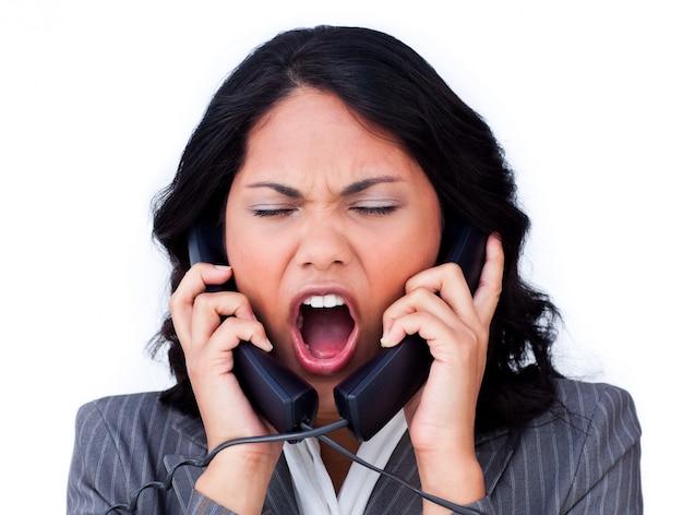 Frustrierte geschäftsfrau verhedderte sich in den telefondrähten