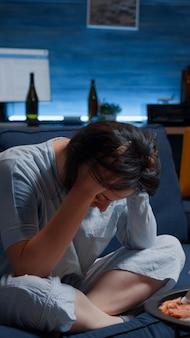 Frustrierte gestresste alleinstehende frau mit kopfschmerzen, die sich verletzlich fühlt
