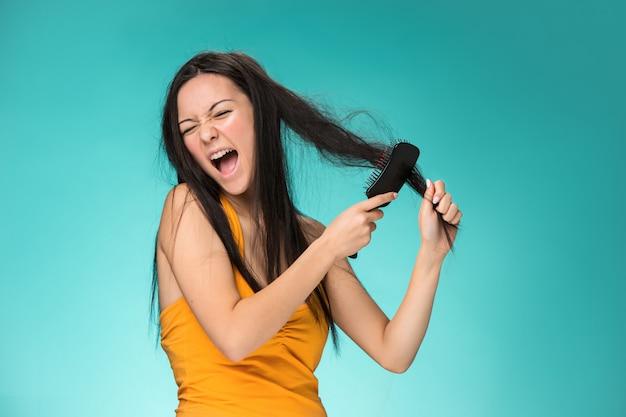Frustrierte junge frau, die ein schlechtes haar hat