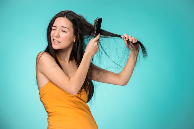Frustrierte junge frau mit schlechten haaren