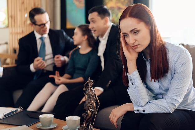 Frustrierte rothaarigemutter in der blauen scheiße sitzt auf couch