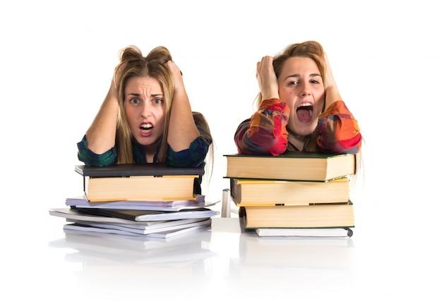 Frustrierte studenten gegenüber dem weißen hintergrund