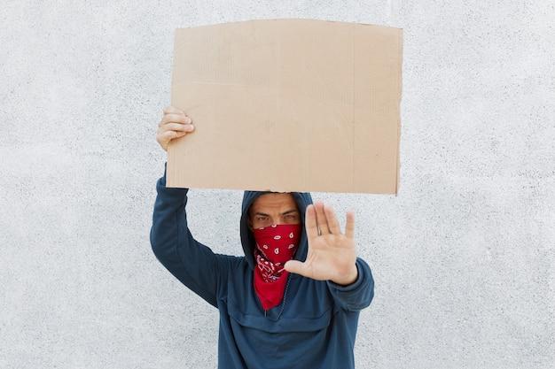 Frustrierter aktivist hält pappe