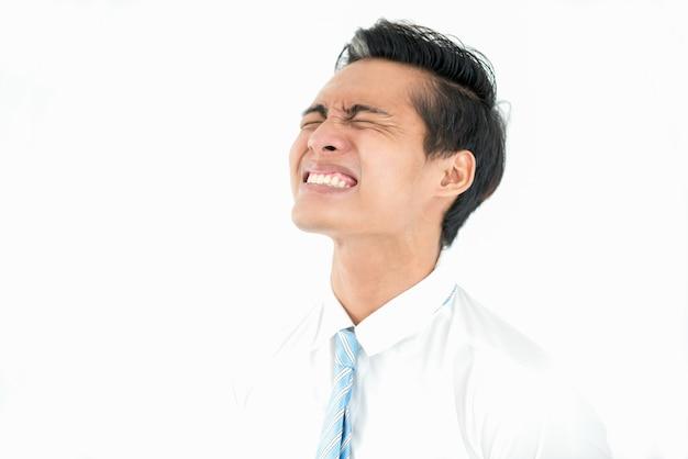 Frustrierter asiatischer geschäftsmann mit geschlossenen augen
