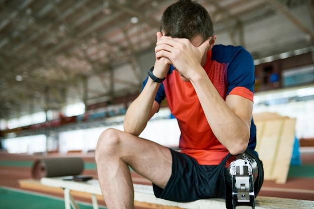 Frustrierter behinderter sportler