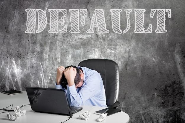 Frustrierter geschäftsmann in seinem büro nach der finanzkrise