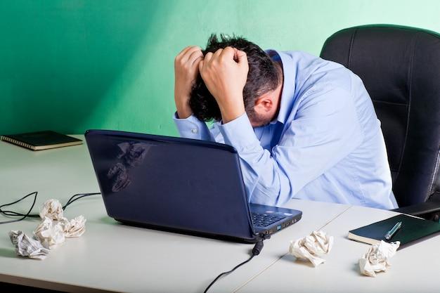 Frustrierter geschäftsmann in seinem büro